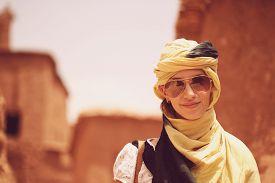 pic of yashmak  - Capture of Beautiful women wearing turban in desert - JPG