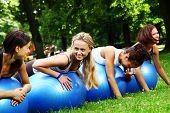 Постер, плакат: Молодой и привлекательной женщины делать упражнения Фитнес