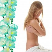 Постер, плакат: Красивая молодая голая женщина охватываемых полотенце спа концепции фоне абстрактных цветок