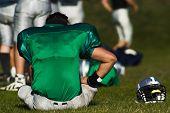 Постер, плакат: Устал футболист принимает отдых после игры