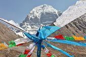 Постер, плакат: Святая гора Кайлаш в Тибете и буддийские молитвы флаги на переднем плане