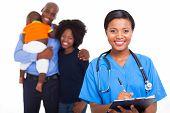 Постер, плакат: красивые женщины афро американских медсестра с семьи больных на фоне
