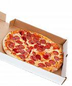 Постер, плакат: Пицца пепперони в коробке на белом фоне
