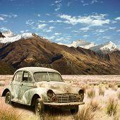Постер, плакат: Старый автомобиль в горный ландшафт
