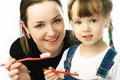 Постер, плакат: Мать учить ее дочь чистки зубов