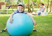 Постер, плакат: Портрет мальчика с большой шар