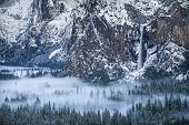 Постер, плакат: Bridal Veil Falls Fills Yosemite Valley With Mist