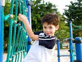 Постер, плакат: Молодой мальчик на восхождение веревки в площадка