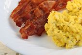 foto of scrambled eggs  - a plate of scrambled eggs and crispy bacon - JPG