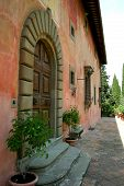 image of mona lisa  - the back of the villa vignamaggio - JPG