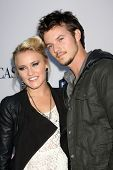 LOS ANGELES - 8 de AUG: Emily Osment, Nathan Keyes chega a Los Angeles de