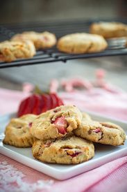 picture of shortbread  - Gluten free shortbread cookies with fresh strawberries