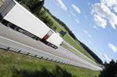Постер, плакат: Белый грузовик вождение на шоссе в окружении страны стороны и в экстремальных угол зрения