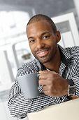 Постер, плакат: Портрет счастливой саит афро бюро рабочий парень на кофе брейк