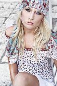 Постер, плакат: Хиппи глядя молодая блондинка в Солнечный день