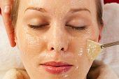 Постер, плакат: Женщина имеющая маски или крем применяется в ходе лечения красоты