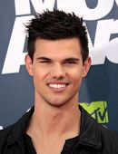 LOS ANGELES - JUN 05:  TAYLOR LAUTNER arriving to MTV Movie Awards 2011  on June 05, 2011 in Hollywo