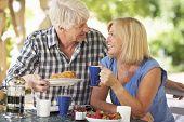 Постер, плакат: Старший пара заказывающего завтрак на открытом воздухе