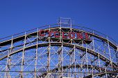 Historisch monument Cyclone achtbaan in de sectie Coney Island van Brooklyn