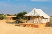 Постер, плакат: Палаточный кемпинг сайт отель в пустыне