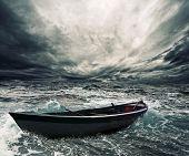Постер, плакат: Брошенные лодки в бурном море