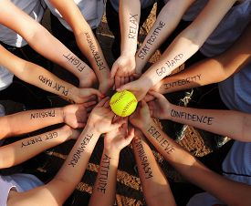 foto of fastpitch  - A fastball team with a motivation circle - JPG