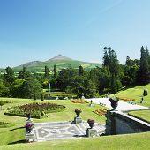 Постер, плакат: Powerscourt сады гора Сахарная голова на фоне Графство Уиклоу Ирландия