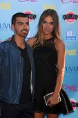 LOS ANGELES - 11 de ago: Joe Jonas, Blanda Eggenschwiler en los 2013 Teen Choice Awards en el Gibson