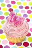 Постер, плакат: Розовый кекс с бабочкой