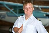 Junge Pilotin mit Down-Syndrom, showing Thumbs up.