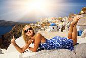 Постер, плакат: Красивая блондинка на острове Санторини Греция