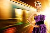 Постер, плакат: Моды женщина в метро