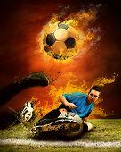 Постер, плакат: Футболист в пламени пожаров на поле на открытом воздухе