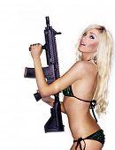 Постер, плакат: Красивая сексуальная блондинка женщина изолированных Холдинг армии оружие