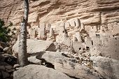 picture of dogon  - The principal Dogon area is bisected by the Bandiagara Escarpment - JPG