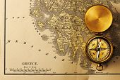 Постер, плакат: Античная латунь компас над старой карте XIX века