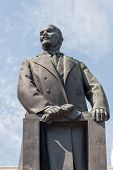 picture of lenin  - Bronze Statue of Vladimin Lenin - JPG
