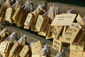 Постер, плакат: Япония Нара Касуга храм небольшие деревянные доски с молитвы и пожелания Ema