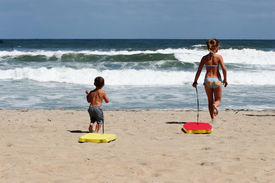 picture of boogie board  - Kids with boogie boards on the beach - JPG