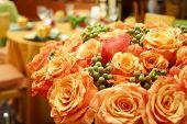Постер, плакат: куча свежих оранжевые розы в празднично оформленный холл
