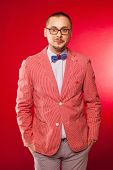 foto of emcee  - The man in pink jacket and blue bow tie on red backrgound - JPG