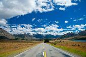 Постер, плакат: Живописной горной дороге в Южных Альпах Южного острова Новой Зеландии