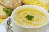 Постер, плакат: Кукуруза и петрушкой суп потепления еды с свежим закваска хлеба