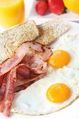 Постер, плакат: Бекон и яйца на завтрак с тост апельсиновый сок и свежие фрукты