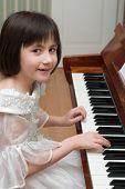 Постер, плакат: Девушка играть фортепиано