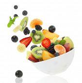 Постер, плакат: Свежие фрукты выходит из миски