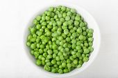 foto of green pea  - a bowl of cooked green peas on white background top view - JPG