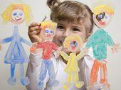 Постер, плакат: Семья маленькая девочка живопись на стекле