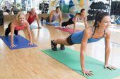 Постер, плакат: Инструктор принимает класса упражнения в тренажерном зале