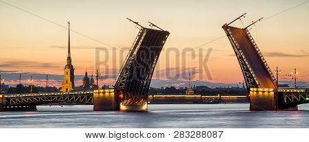 Raising Palace Bridge dvortsovy Saint
